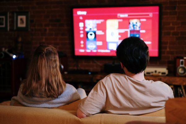 Publizitate-inbertsioak gora egin du streaming plataformetan eta behera telebistan